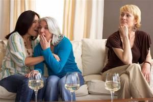 две приятелки в компанията на трета жена, с която не са така близки