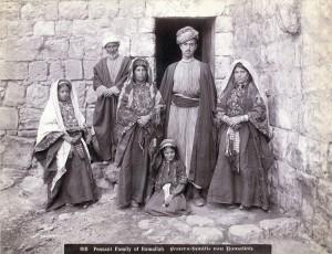 Семейство селяни от Рамала (1900-1910 г.). За повече информация: http://j.mp/MkICkY